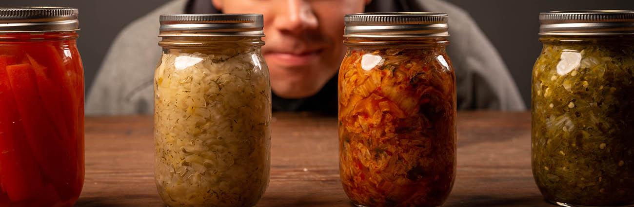 aliments fermentés dans des bocaux riche en probiotiques